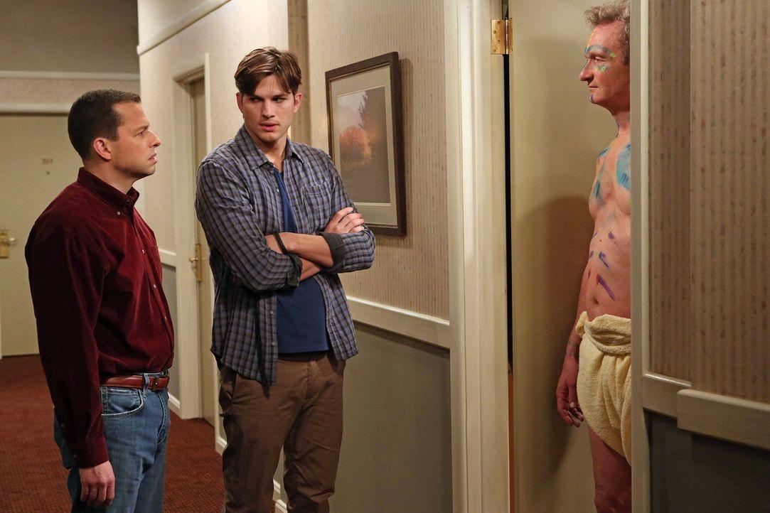 Walden (Ashton Kutcher, M.) und Alan (Jon Cryer, l.) versuchen, einen einsamen Herb (Ryan Stiles, r.) aufzuheitern. Doch wird das gutgehen? - Bildquelle: Warner Brothers Entertainment Inc.