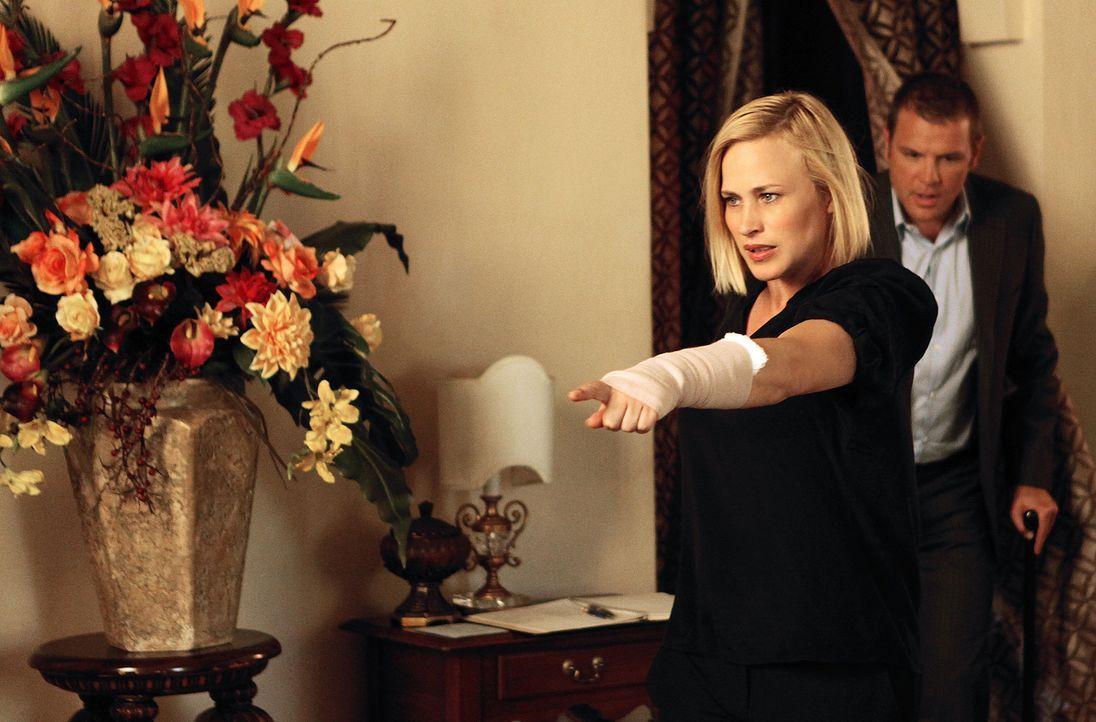 Was wird Lee (David Cubitt, r.) sagen, wenn Allison (Patricia Arquette, l.) behauptet, dass sie nach einer Hauttransplantation magische Fähigkeiten... - Bildquelle: Richard Cartwright 2010 CBS BROADCASTING INC. All Rights Reserved.