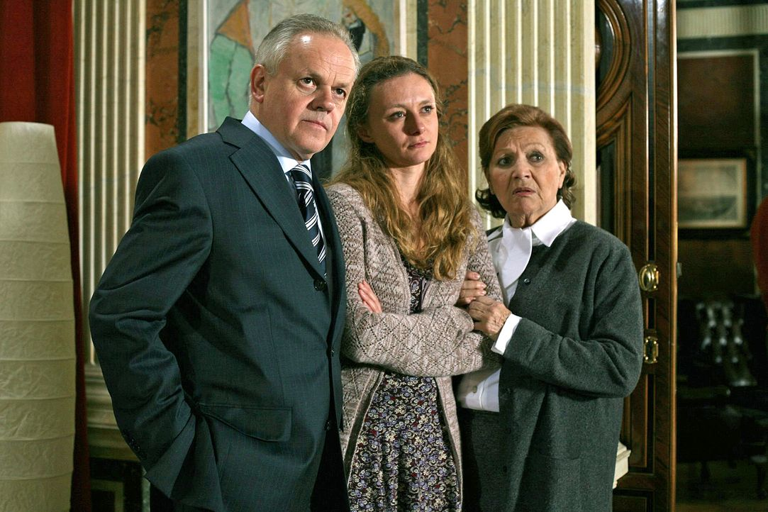 Die Wiener Mordkommission befragt den Witwer Dr. Feuereisen (Robert Meyer, l.), seine Tochter Fanny (Gerti Drassl, M.) und die Haushälterin Grimpels... - Bildquelle: Petro Domenigg Sat.1