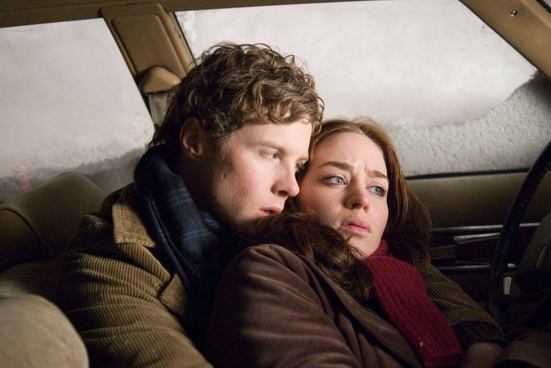 Eine Studentin (Emily Blunt, r.) nimmt eine Mitfahrgelegenheit (Ashton Holmes, l.) war. Es schneit heftig. Für die beiden beginnt ein gnadenloser Ka... - Bildquelle: Copyright   2007 TriStar Pictures, Inc. All Rights Reserved.