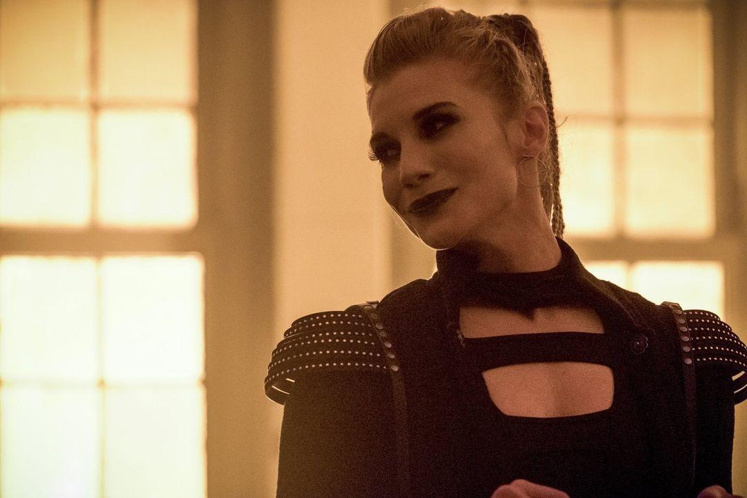 Amunet (Katee Sackhoff) entführt Caitlin, um ihr medizinisches Wissen zu nutzen. Kann das Team Caitlin finden, bevor es für die junge Frau zu spät i... - Bildquelle: 2017 Warner Bros.