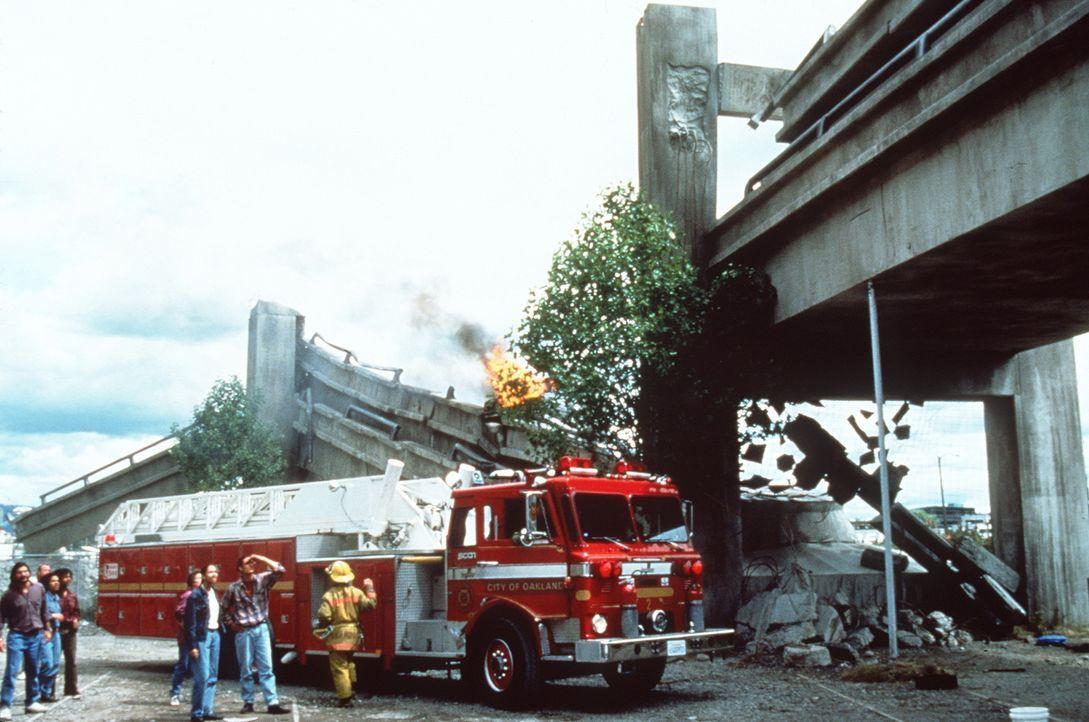 Ein Bild des Grauens: Die obere Fahrbahn der Interstate bricht bei einem Erdbeben der Stärke 7 ein, und begräbt die darunter liegende Fahrbahn ... - Bildquelle: Columbia Pictures Television