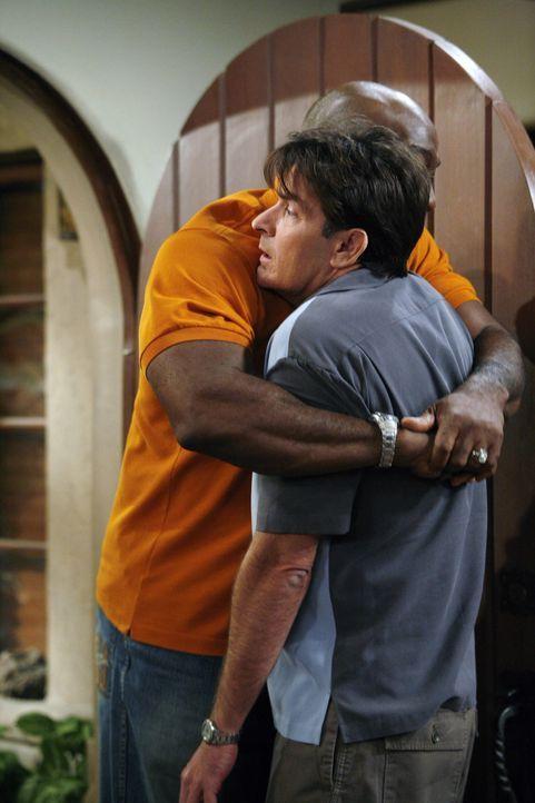 Während sich Alan mit einer hübschen Dame vergnügt, macht Charlie (Charlie Sheen, r.) Bekanntschaft mit dem neuen, muskelbepackten Nachbarn Jerom... - Bildquelle: Warner Brothers Entertainment Inc.
