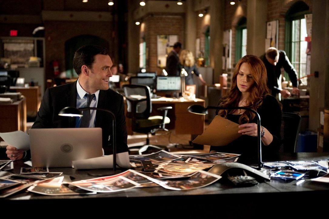 Versuchen, einen neuen Fall aufzudecken: Wayne (Owain Yeoman, l.) und Grace (Amanda Righetti, r.) ... - Bildquelle: Warner Bros. Television
