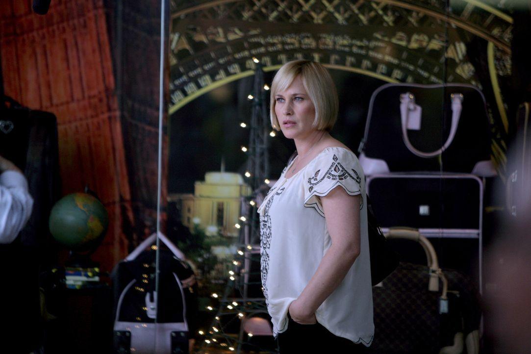 Allison (Patricia Arquette) träumt, dass ein kleiner Junge in einem Spielzeuggeschäft von einem Mann mit Hilfe einer Marionette entführt werden soll... - Bildquelle: Paramount Network Television