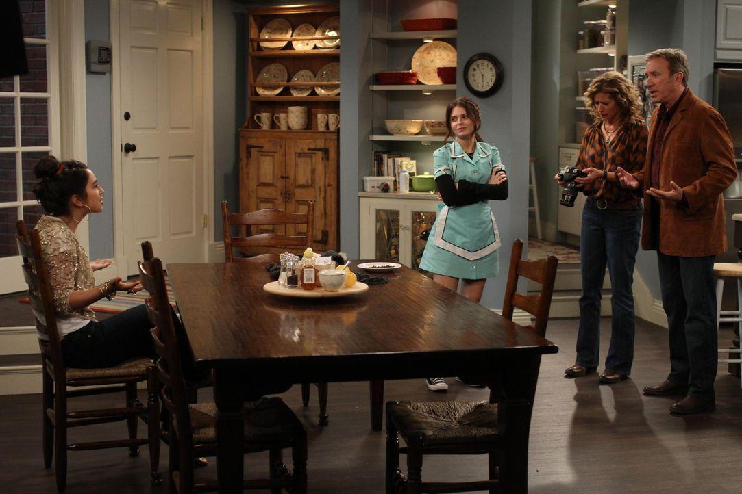 """Mandy (Molly Ephraim, l.) möchte bei der Casting-Show """"Americas Top-Teen-Model"""" teilnehmen. Ihre Eltern Vanessa (Nancy Travis, 2.v.r.) und Mike (Tim... - Bildquelle: 2011 Twentieth Century Fox Film Corporation"""