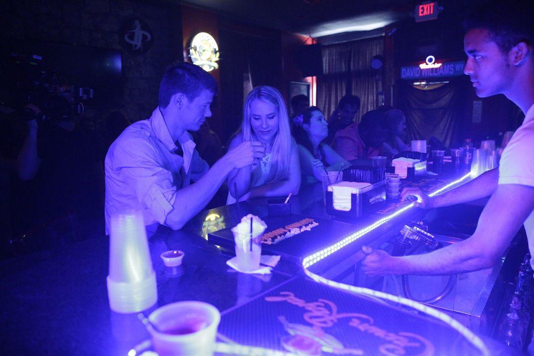 Nachdem der Niederländer Joran van der Sloot (l.) und die Amerikanerin Natalee Holloway (r.) in einer Bar auf Aruba ausgelassen feiern, gilt sie als... - Bildquelle: 2015 AMS Pictures All Rights Reserved