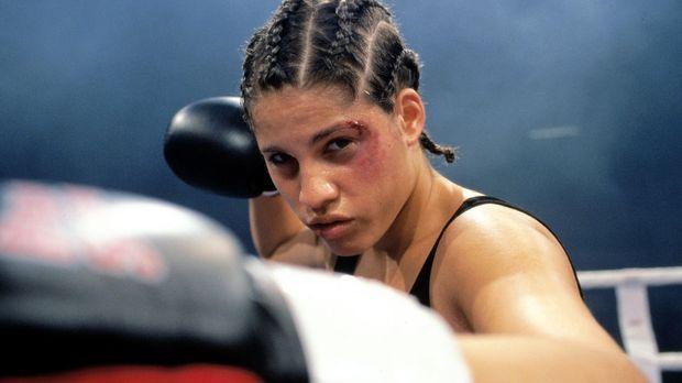 Die türkische Boxerin Anik Özdogan (Jasmin Gerat) kämpft in Köln um die Europ...