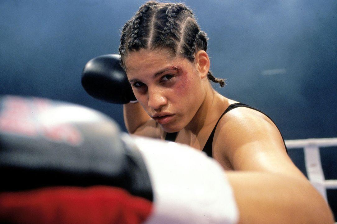 Die türkische Boxerin Anik Özdogan (Jasmin Gerat) kämpft in Köln um die Europameisterschaft. - Bildquelle: Dobrivoie Kerpenisan Sat.1