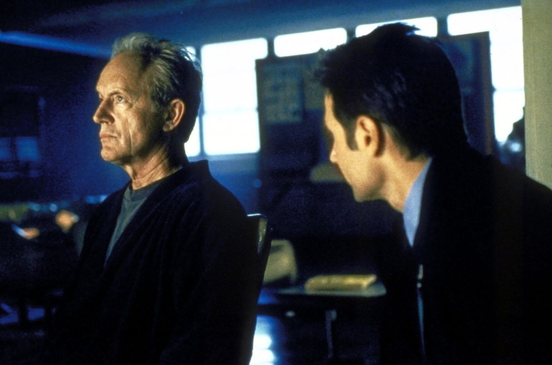 Mulder (David Duchovny, r.) bittet den ehemaligen Star-Profiler des FBI, Frank Black (Lance Henriksen, l.), um Hilfe. - Bildquelle: TM +   2000 Twentieth Century Fox Film Corporation. All Rights Reserved.