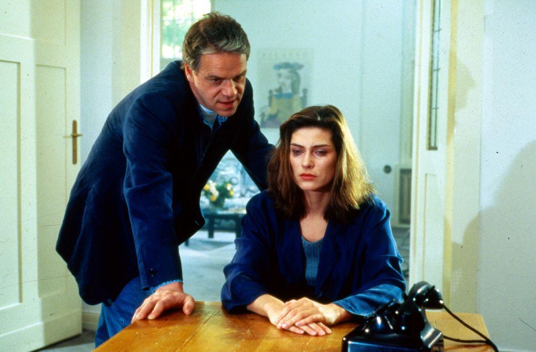 Helga Schneider (Maren Martinek, r.) informiert Kommissar Wolff (Jürgen Heinrich, l.), dass ihre Schwester Susanne den eigenen Tod angekündigt hat... - Bildquelle: Alfred Raschke Sat.1