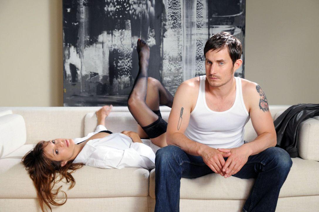 Als Karen (Suzan Anbeh, l.) Mark (Clemens Schick, r.), den neuen Liebhaber ihrer Jugendfreundin Marie, zufällig kennenlernt, verlieben sich die beid... - Bildquelle: Aki Pfeiffer Sat.1