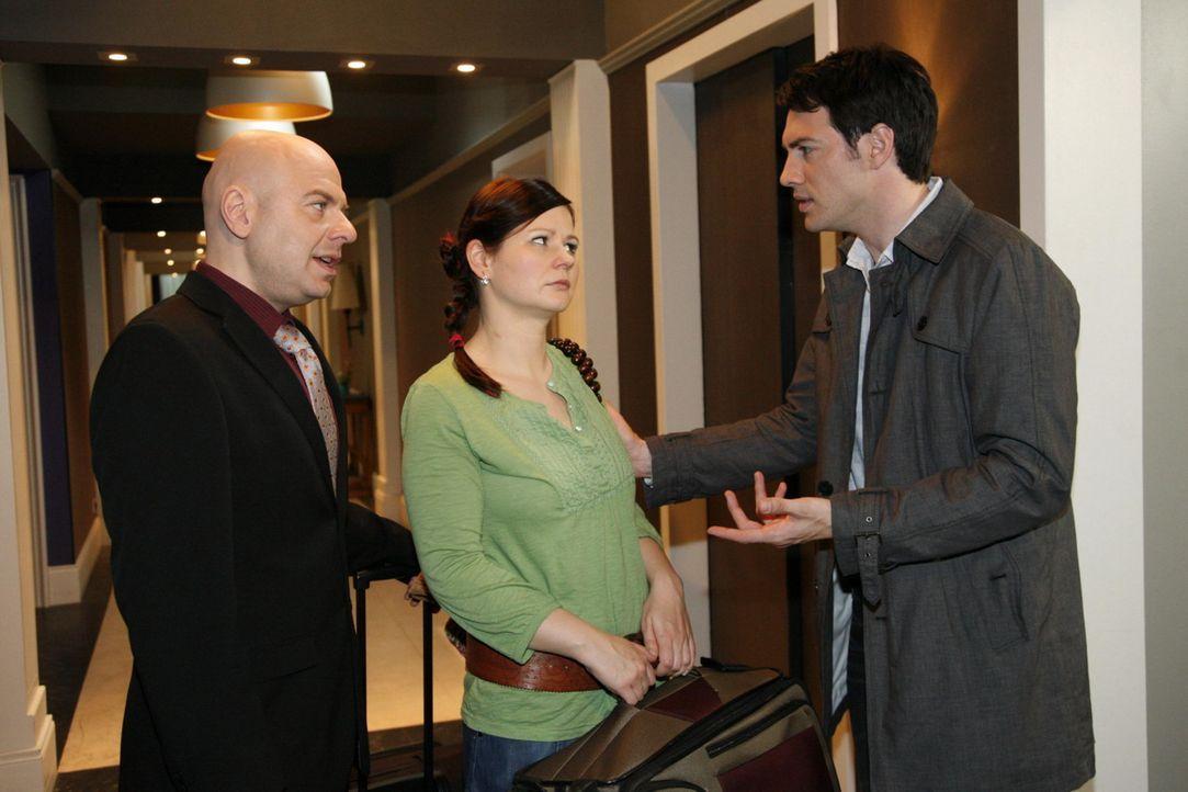 Oliver (Prodromod Antoniadis, l.) und Eva (Anett Heilforth, M.) wollen flüchten, doch Mark (Arne Stephan, r.) hält sie davon ab ... - Bildquelle: SAT.1