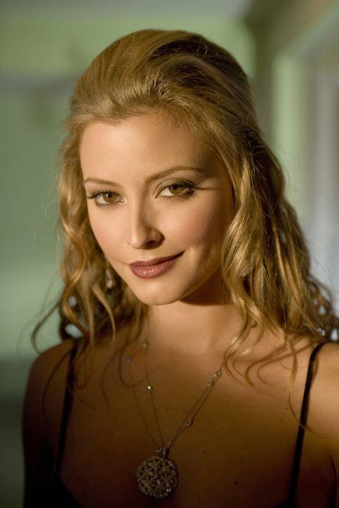 Das schöne Model Lola (Holly Valance) stirbt unter mysteriösen Umständen; die Autopsie ergab eine Überdosis Drogen. Beth macht sich sofort daran, de... - Bildquelle: Warner Brothers