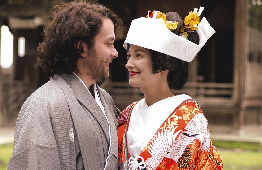 Während eines Trips durch Japan  lernen sich die beiden Deutschen Otto (Christian Ulmen, l.) und Ida (Alexandra Maria Lara, r.) kennen und lieben.... - Bildquelle: Constantin Film