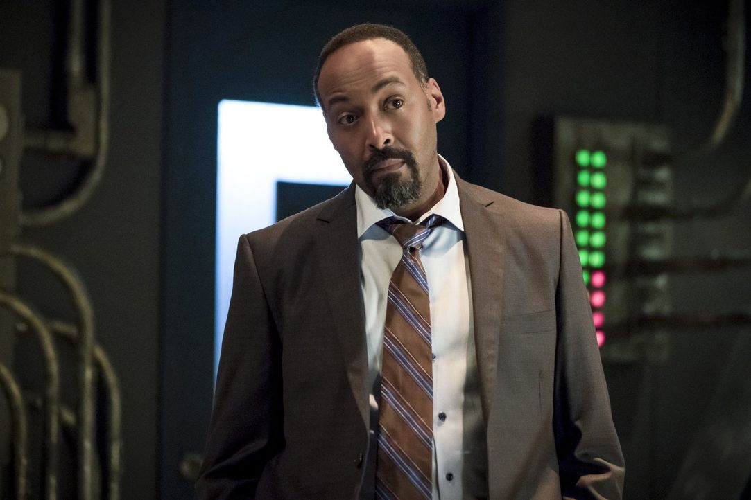 Während Joe (Jesse L. Martin) sich auf das Weihnachtsfest mit seinen Liebsten freut, hat Cisco Halluzinationen von seinem toten Bruder ... - Bildquelle: 2016 Warner Bros.