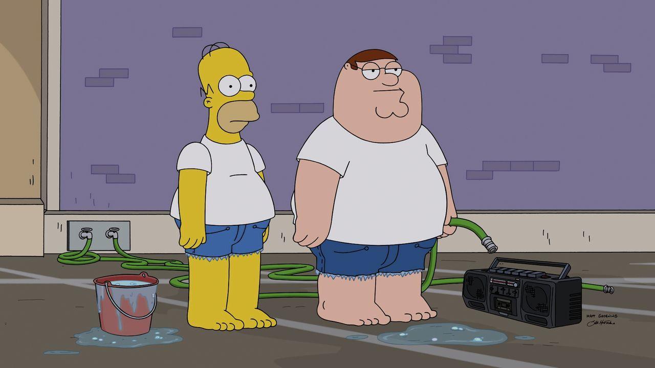 Um sein gestohlenes Auto wiederzufinden, überzeugt Peter (r.) Homer (l.) davon, bei einer heißen Autowäsche mitzumachen ... - Bildquelle: 2015-2016 Fox and its related entities. All rights reserved.