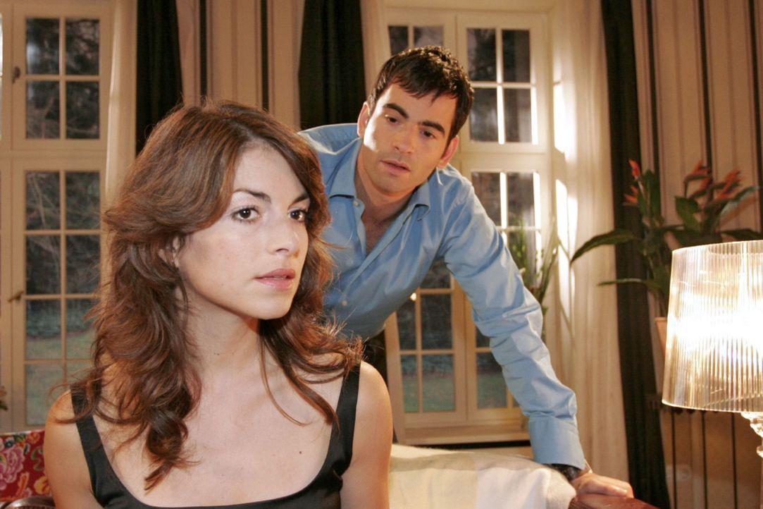 Mariella (Bianca Hein, l.) kann nicht verstehen, dass David (Mathis Künzler, r.) schon wieder einen Termin, der für ihre Hochzeitsvorbereitungen wic... - Bildquelle: Noreen Flynn Sat.1
