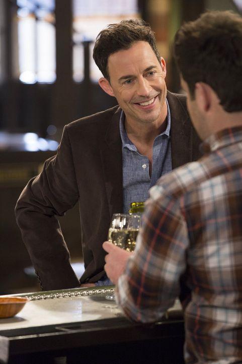 Der charismatische Frank (Tom Cavanagh) hat sofort alle in der Bar um den Finger gewickelt ... - Bildquelle: Warner Brothers