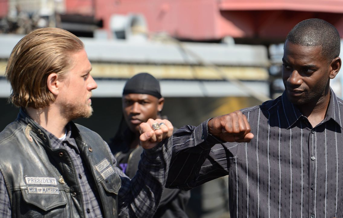 Während August weiterhin die Sons für den Heroinraub verdächtigt, versucht Jax (Charlie Hunnam, l.) in Tyler (Mo McRae, r.) einen Verbündeten gegen... - Bildquelle: Michael Becker 2013 Twentieth Century Fox Film Corporation and Bluebush Productions, LLC. All rights reserved.