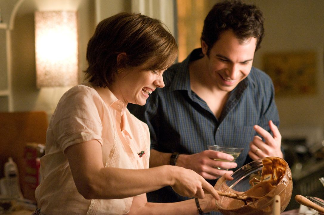 Durch einen ehrgeizigen Plan, verändert sich ihr Leben: Julie (Amy Adams, l.) und Eric (Chris Messina, r.) ... - Bildquelle: 2009 Columbia Pictures Industries, Inc. All Rights Reserved.