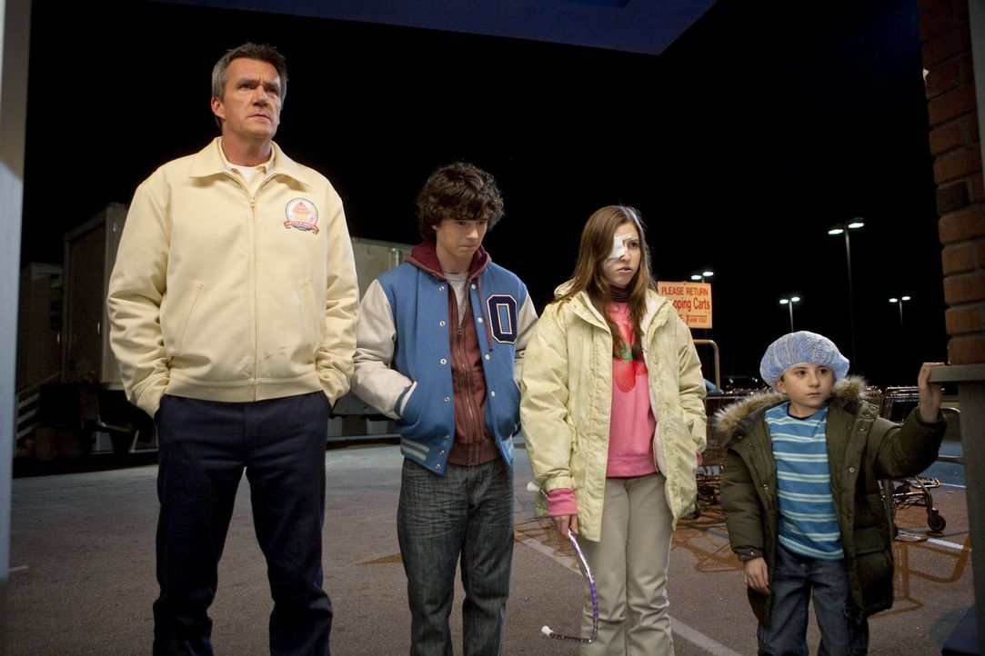 Ob Axl (Charlie McDermott, 2.v.l.), Sue (Eden Sher, 2.v.r.) und Brick (Atticus Shaffer, r.) begeistert von Mikes (Neil Flynn, l.) neuem Job als näch... - Bildquelle: Warner Brothers