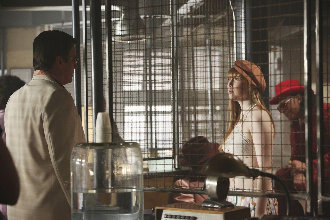 Castle (Nathan Fillion, l.) fragt sich, warum seine Tochter Alexis (Molly C. Quinn) ausgerechnet das bauchfreie Oberteil als 70er-Jahre-Look auswähl... - Bildquelle: 2013 American Broadcasting Companies, Inc. All rights reserved.