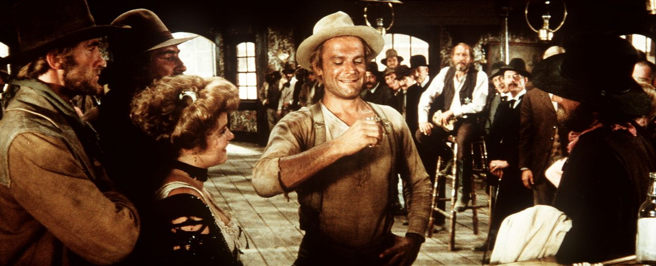 Nobody (Terence Hill, M.) stellt vor Publikum seine Trinkfestigkeit unter Beweis ... - Bildquelle: Universal Pictures
