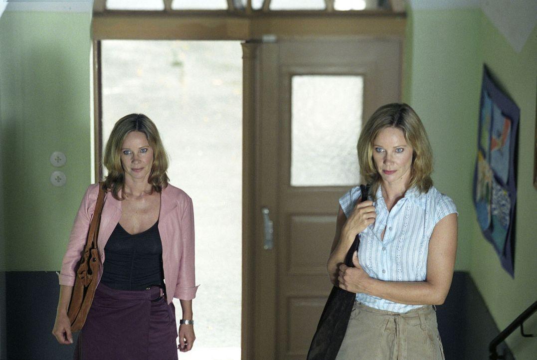 Katharina (Ann-Kathrin Kramer, l.) und Maria (Ann-Kathrin Kramer, r.) sind gespannt: Wird Jonas seine wahre Mutter erkennen? - Bildquelle: Sat.1