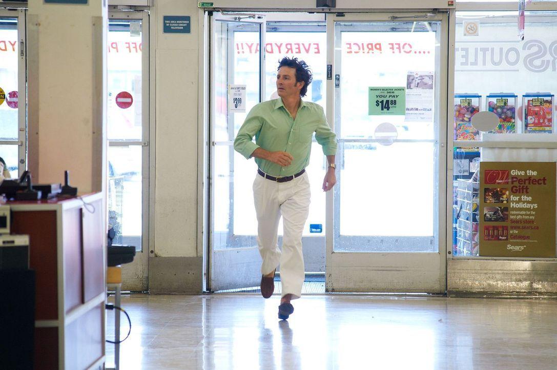 Wo ist Adam? Nach dem Verschwinden seines Sohnes eilt sein Vater John Walsh (Matt Dratva) herbei, um bei der Suche zu helfen. Leider vergebens. - Bildquelle: Steven Lungley Cineflix 2011