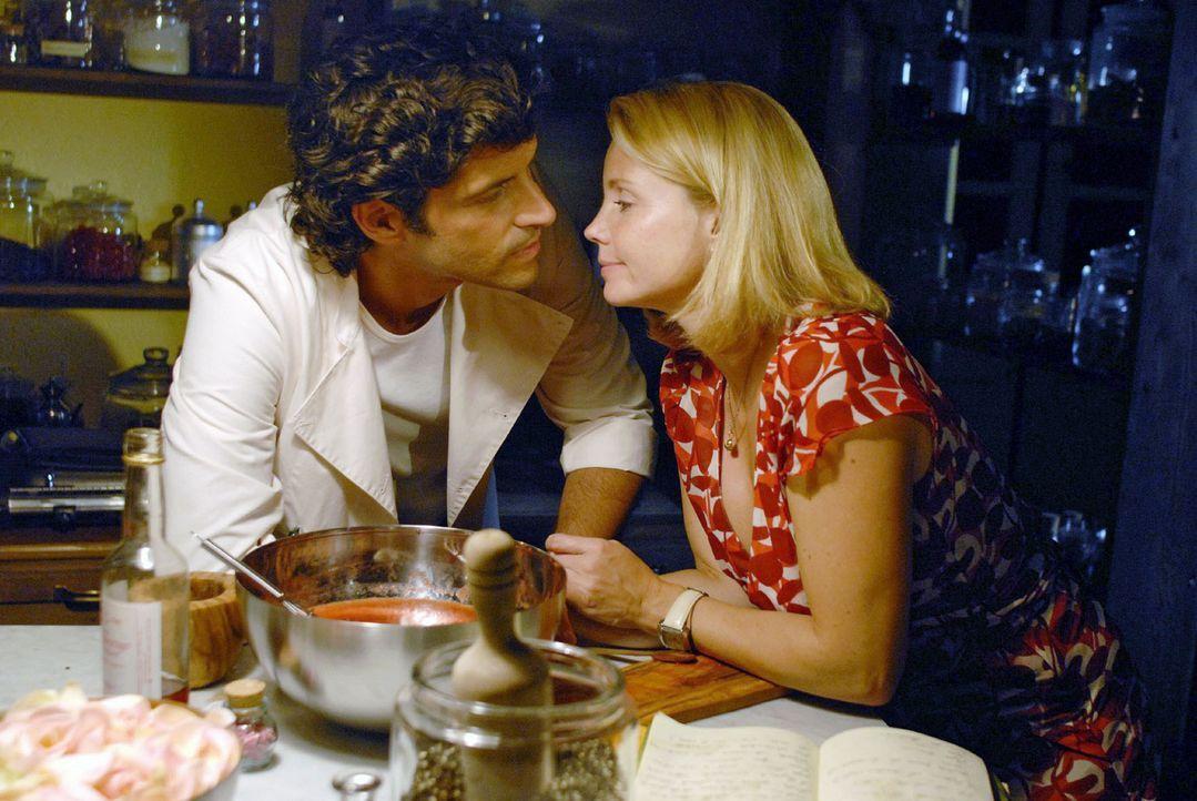 Lissy (Annette Frier, r.) ist gerührt, als Fabio (Pasquale Aleardi, l.) das letzte Rezept ihres Vaters - ein Eis für seine Tochter - für sie anr - Bildquelle: Hardy Brackmann Sat.1