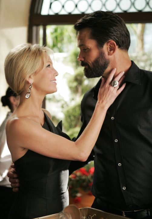 Schon bald werden sich die beiden Turteltauben ausgeturtelt haben: Amanda (Heather Locklear, l.) und Ben (Billy Campbell, r.) - Bildquelle: 2009 The CW Network, LLC. All rights reserved.