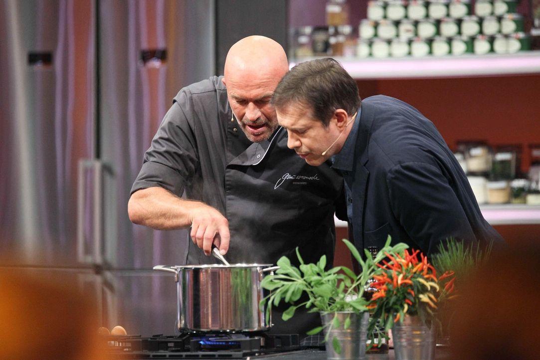 Stefan Wiertz (l.) lässt sich von Moderator Alexander Herrmann (r.) sogar in den Kochtopf blicken. Aber wird ihm das helfen sich gegen einen Hobbyko... - Bildquelle: Frank Hempel SAT.1