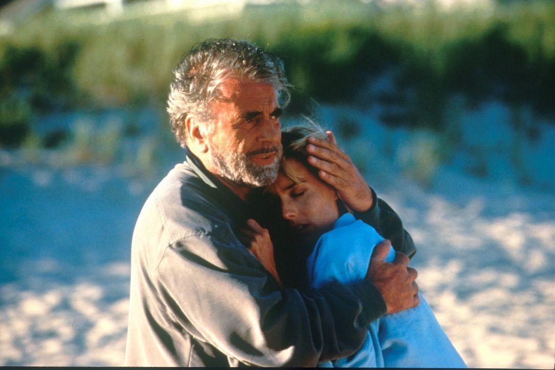Heroisch ergeben sie sich ihrem Schicksal: Jason Lerner (Maximilian Schell, l.) und seine Tochter Jenny (Téa Leoni, r.) ... - Bildquelle: TM+  1998 DreamWorks L.L.C. and Paramount Pictures All Rights Reserved