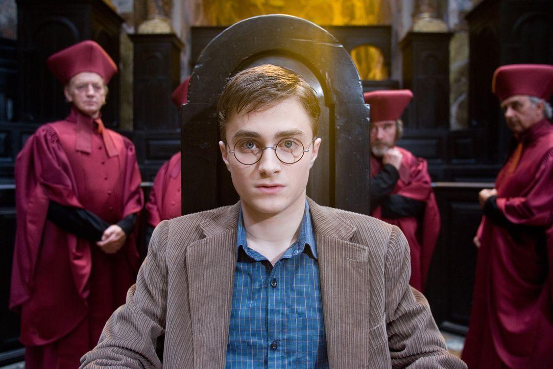 Harry (Daniel Radcliffe, M.) hat außerhalb der Schule Zauberkräfte eingesetzt. Dies soll nun bestraft werde ... - Bildquelle: Warner Brothers International