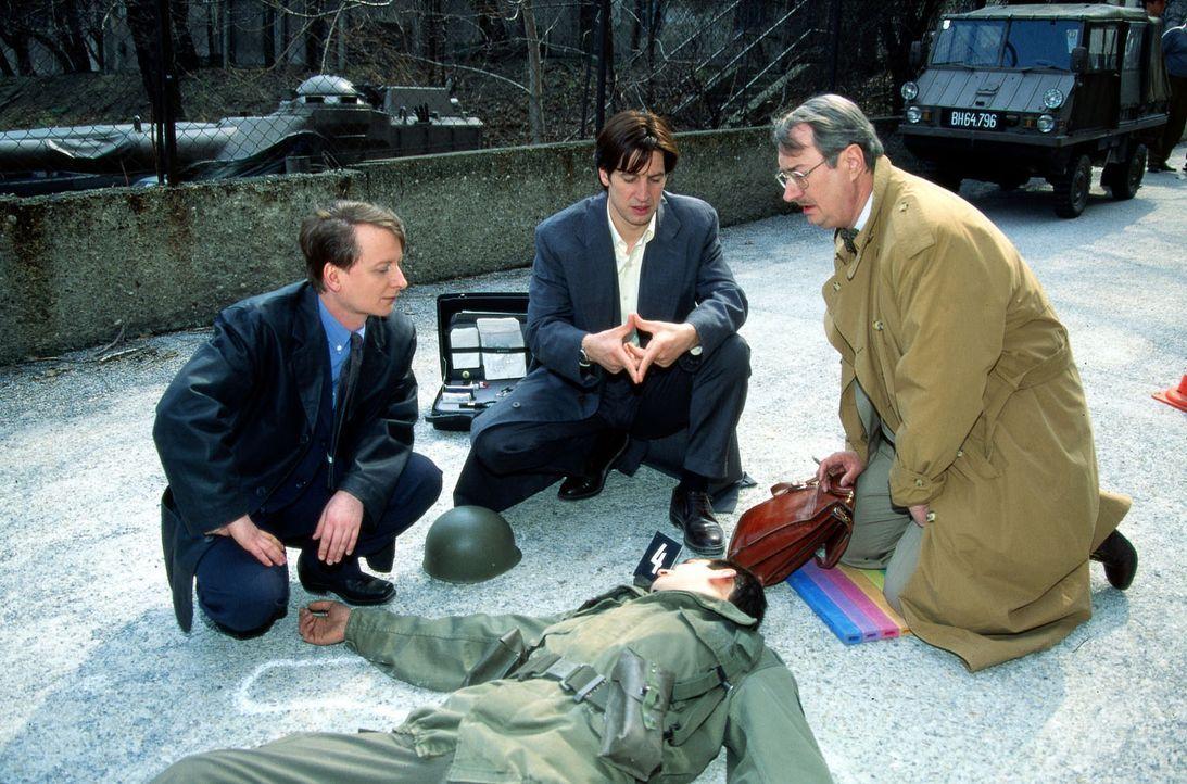 Ein Wachsoldat ist bei der Entführung Diana Markus' ums Leben gekommen. Dr. Graf (Gerhard Zemann, r.), Kommissar Moser (Tobias Moretti, M.) und Böck... - Bildquelle: Ali Schafler Sat.1