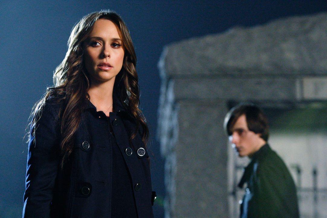 Der Geist von Andrew Carlin (Jake Thomas, r.) will seine große Liebe zu sich holen. Melinda (Jennifer Love Hewitt, l.) versucht ihn daran zu hindern. - Bildquelle: ABC Studios