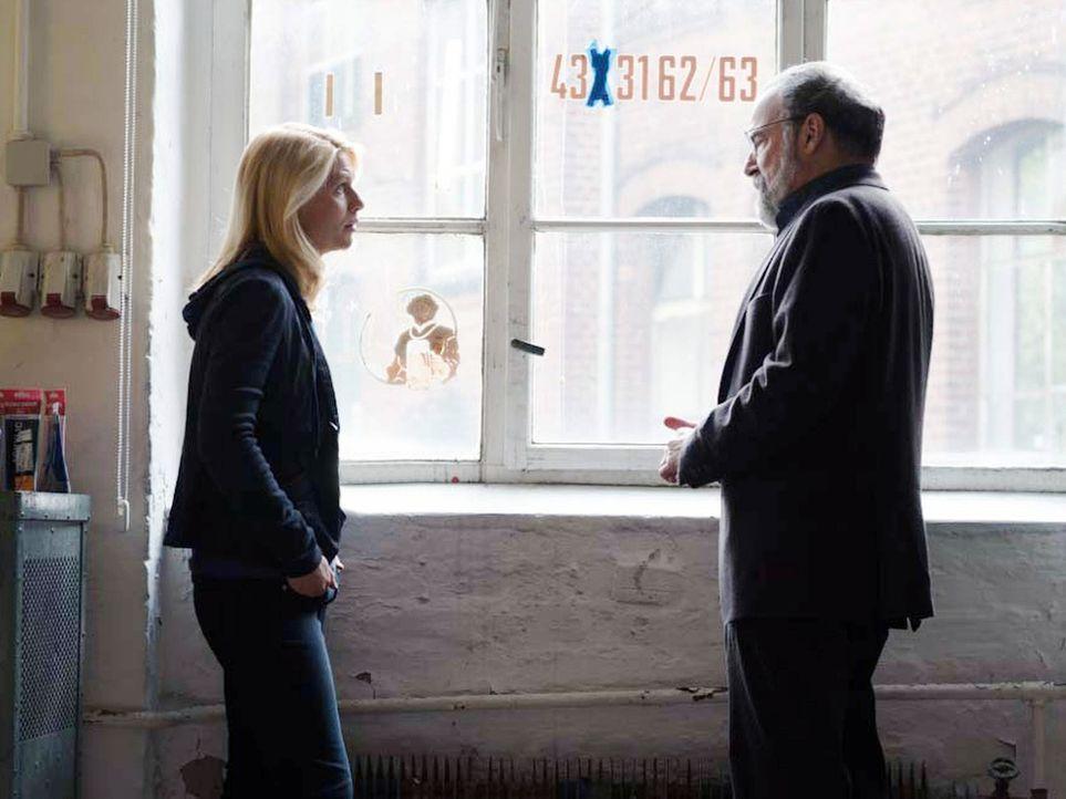 Carrie (Claire Danes, l.) erklärt Saul (Mandy Patinkin, r.), dass Allison eine Doppelagentin ist und berichtet von ihren Erfahrungen und Ergebnissen... - Bildquelle: Stephan Rabold 2015 Showtime Networks, Inc., a CBS Company. All rights reserved.