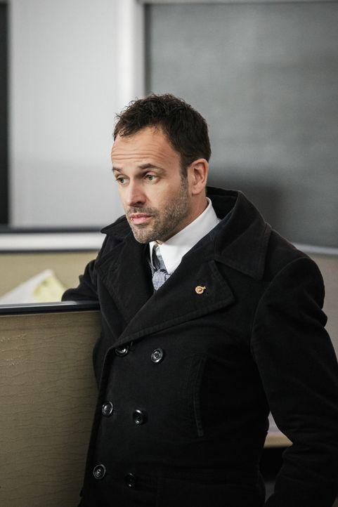 Fühlt sich vom Richter unverstanden: Sherlock Holmes (Jonny Lee Miller), der für seine eigenwilligen Ermittlungsmethoden bekannt ist ... - Bildquelle: CBS Television