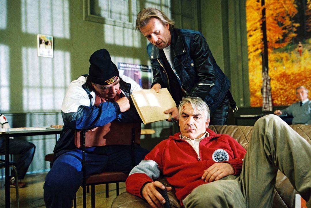 Ulf (Oliver Nägele, l.) und Knut (Axel Wandtke, M.) bitten Felix (Christoph M. Ohrt, r.) um juristischen Beistand. - Bildquelle: Sat.1