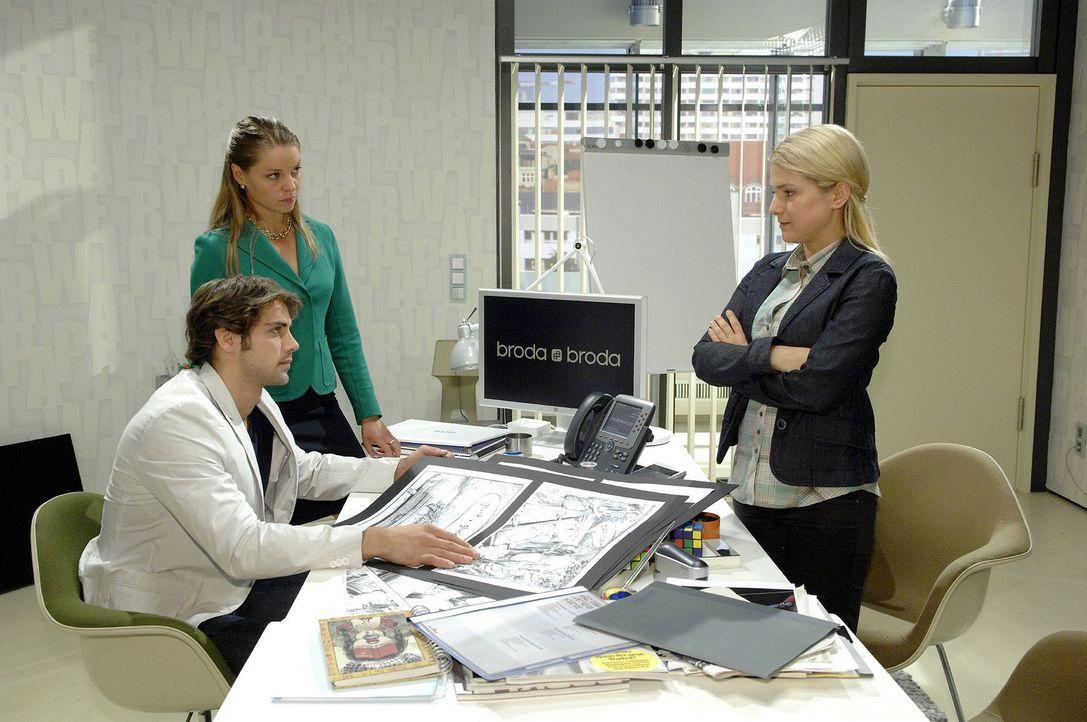 Jonas redet Anna zu, die Herausforderung der neuen Kampagne anzunehmen... v.l.n.r.: Jonas (Roy Peter Link), Katja (Karolina Lodyga), Anna (Jeanette... - Bildquelle: Sat.1