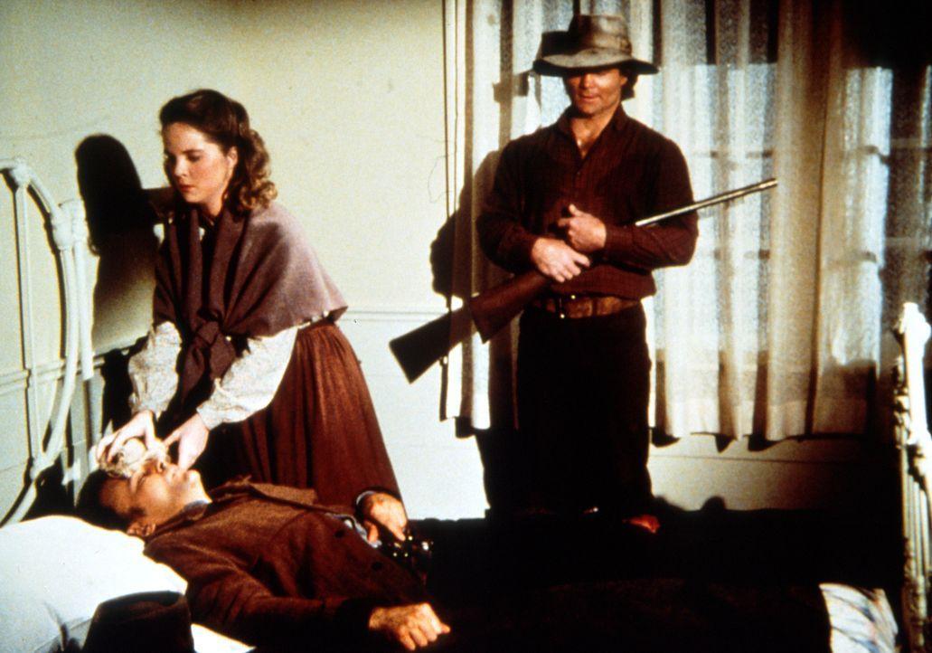 Nach einem Überfall auf die Blindenschule beobachtet Bandenchef Jake (James McIntire, r.), wie Mary Kendall (Melissa Sue Anderson, M.) sich um seine... - Bildquelle: Worldvision