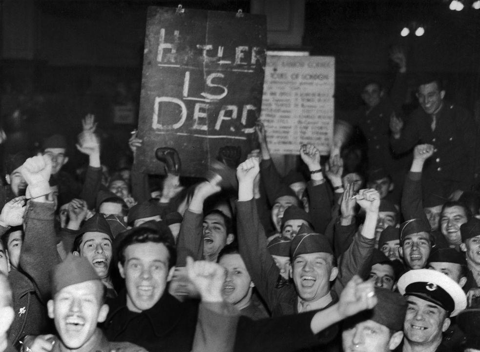 War alles nur eine große Lüge: Britische Soldaten freuen sich über den angeblichen Selbstmord von Hitler und dessen Geliebten. Doch wie und wohin fl... - Bildquelle: Keystone-France/Gamma-Keystone via Getty Images