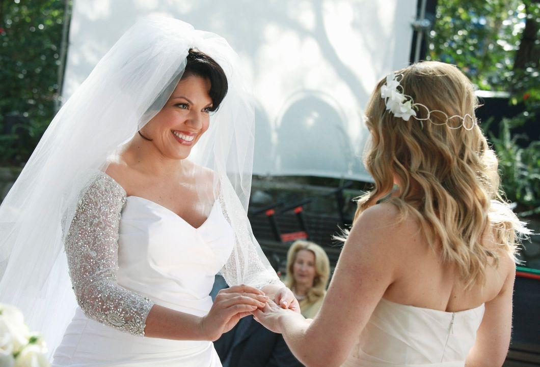 Callies (Sara Ramirez, l.) und Arizonas (Jessica Capshaw, r.) Hochzeit steht bevor und die Planungen laufen auf Hochtouren ... - Bildquelle: ABC Studios