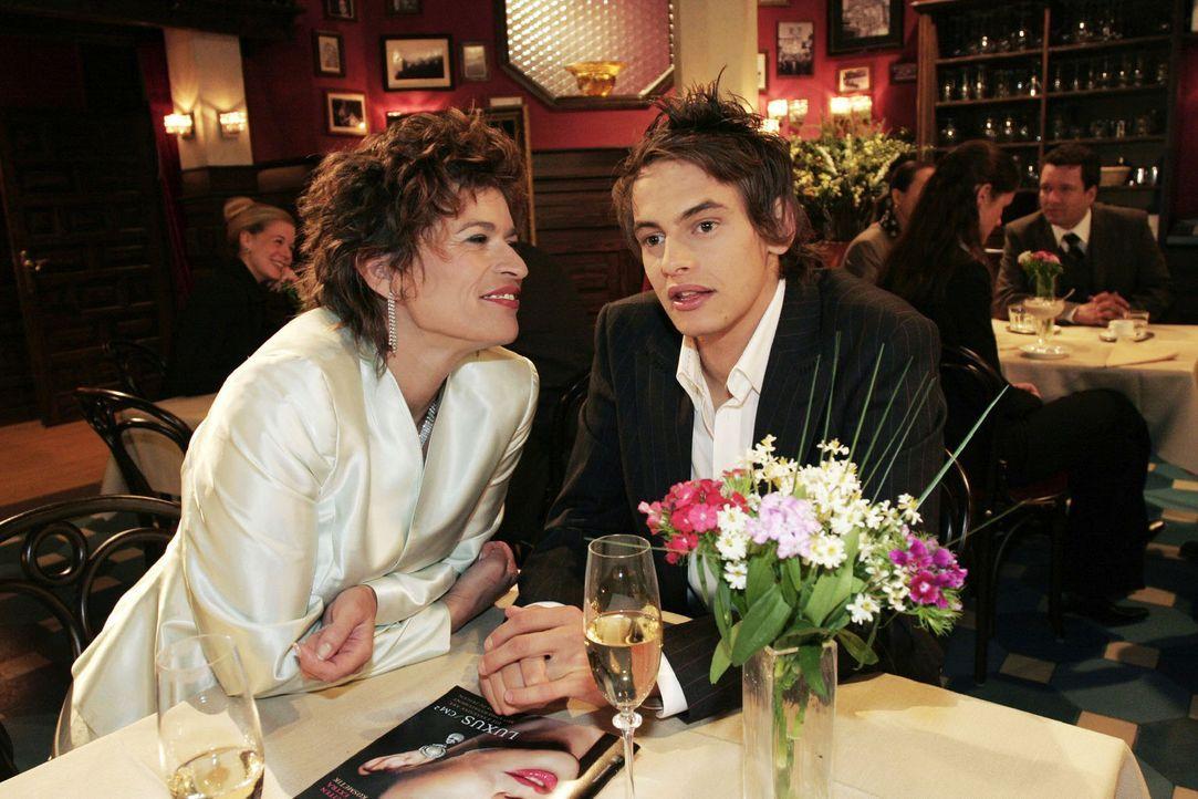 Alex (Shai Hoffmann, r.) wird von Sophie (Gabrielle Scharnitzky, l.) zu ihrem persönlichen Berater gemacht. - Bildquelle: Noreen Flynn Sat.1