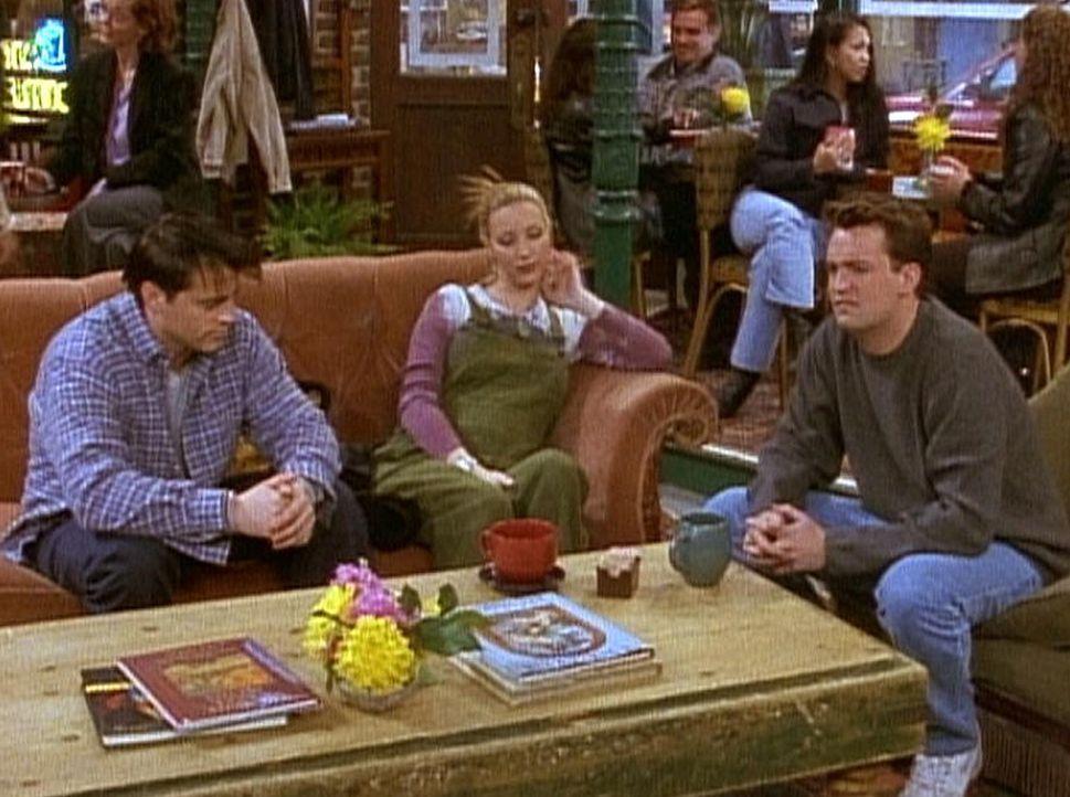 Joey (Matt LeBlanc, l.), Phoebe (Lisa Kudrow, M.) und Chandler (Matthew Perry, r.) machen sich Sorgen um Rachel. - Bildquelle: TM+  2000 WARNER BROS.
