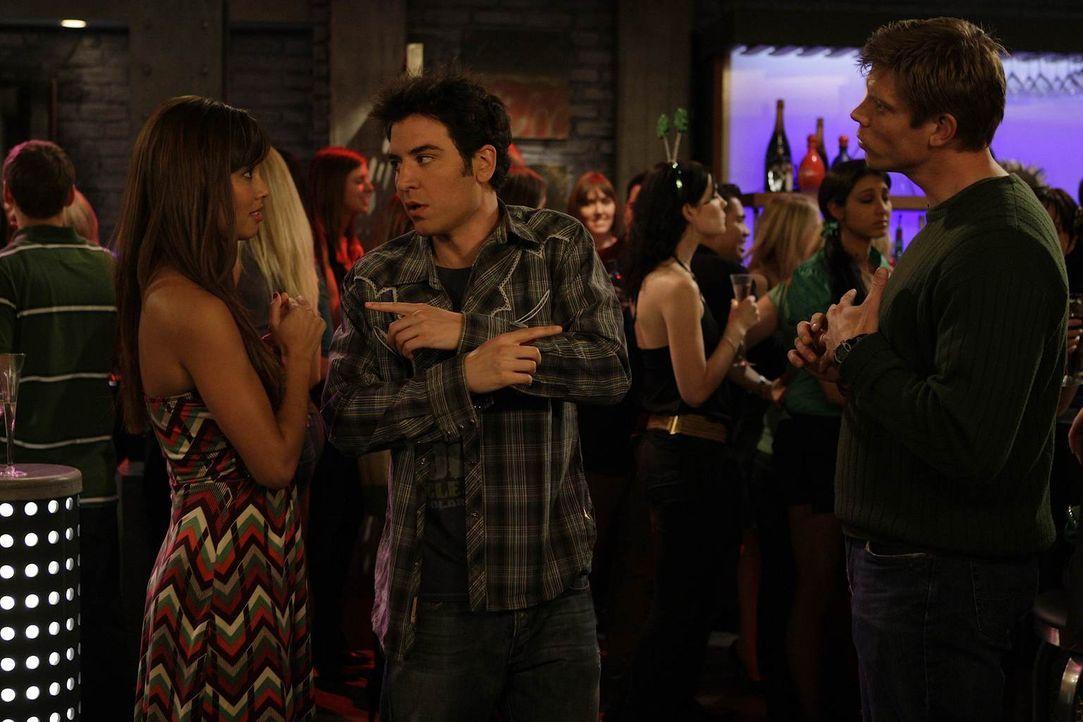 """Ted (Josh Radnor, M.) testet Barneys Theorie """"tue Böses, ernte Gutes"""" an Ashlee (Vanessa Minnillo, l.) und landet sogar einen Treffer ... - Bildquelle: 20th Century Fox International Television"""