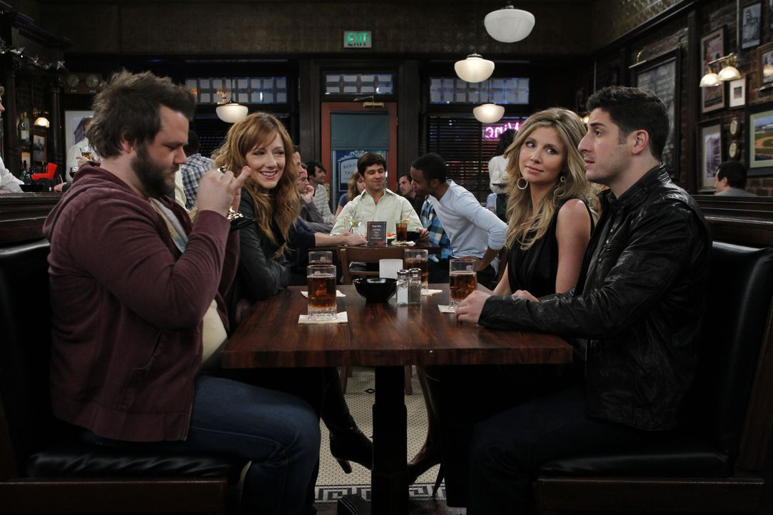 Larry (Tyler Labine, l.) und Ben (Jason Biggs, r.) amüsieren sich über den plötzlichen Jugendwahn von Connie (Judy Greer, 2.v.l.) und Kate (Sarah... - Bildquelle: 2011 CBS BROADCASTING INC. All Rights Reserved.