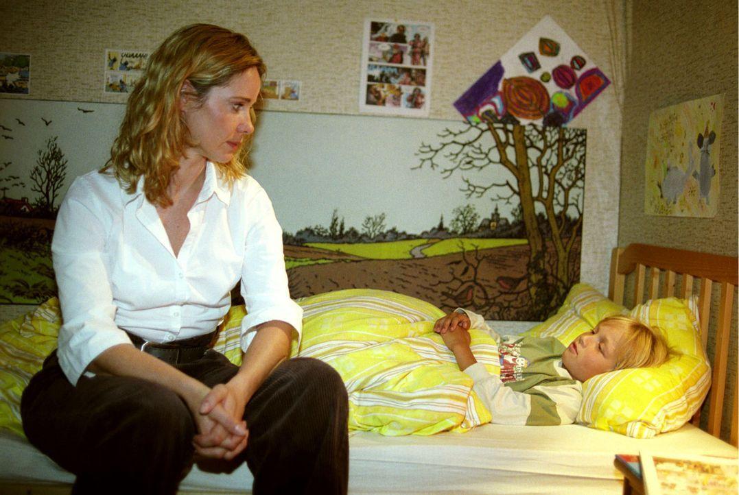 Mit viel Geduld, Geschichten und Gesang gelingt es Maria-Luise (Ann-Kathrin Kramer, l.) ganz allmählich, das Vertrauen des kleinen Lukas (Neal Thoma... - Bildquelle: Sat.1