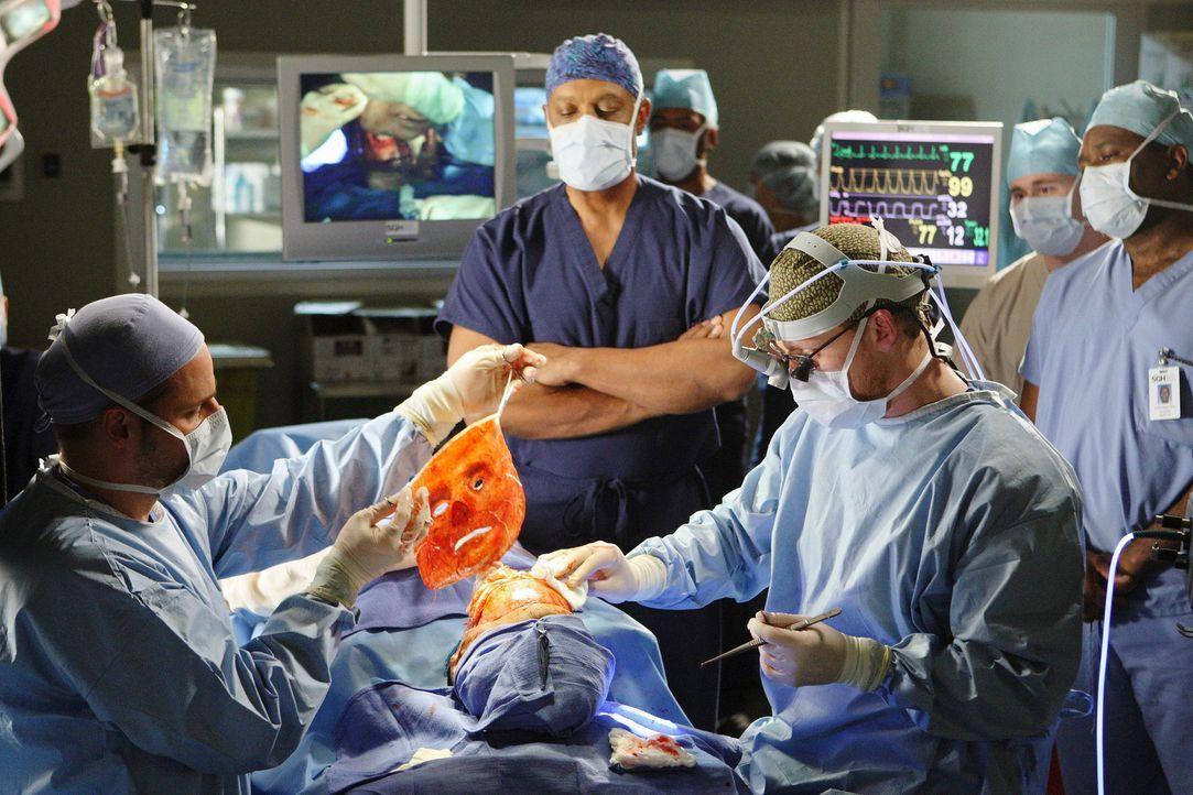 Alle sind sehr nervös, denn die Gesichtstransplantation von Dave Young (Larry Sullivan, liegend) steht bevor: Alex (Justin Chambers, l.), Webber (J... - Bildquelle: Touchstone Television